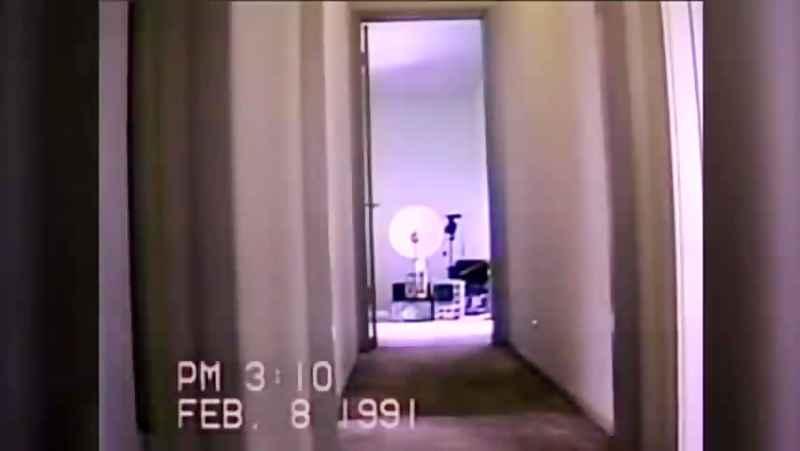 ساکنان خانه برای چک کردن حضور جن؛همه خانه را به دوربین مداربسته مجهز کرده اند.ای