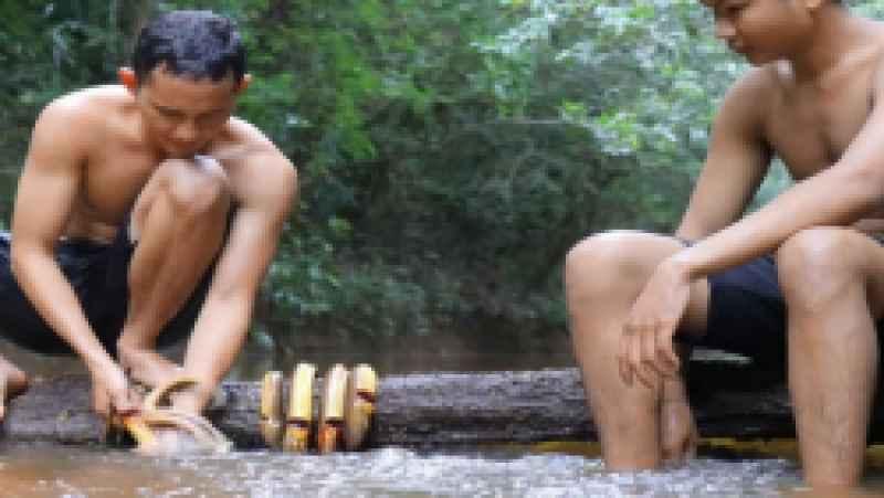 آموزش پیدا کردن مارماهی در رودخانه و پختن آنها در جنگل | (تکنیک زندگی 108)